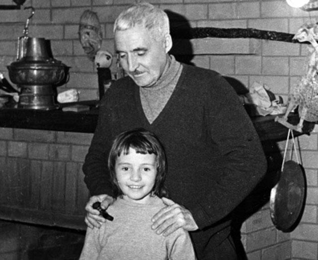 Писатель Константин Симонов с дочерью. 22.01.1965