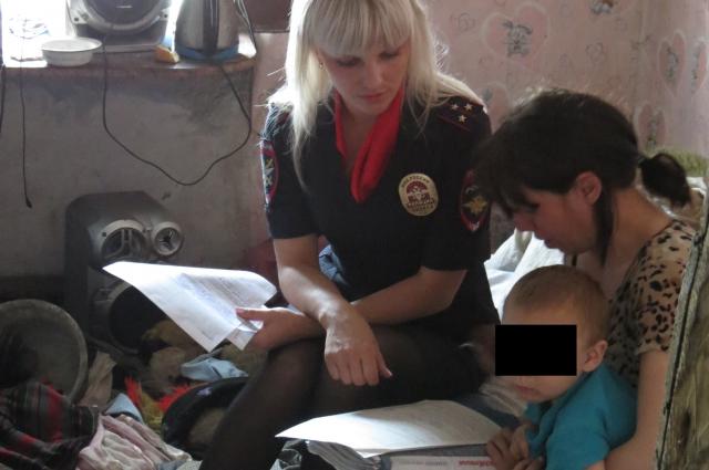 В доме с малолетними детьми полицейские не нашли ни приготовленной еди, ни продуктов.
