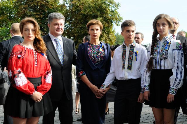 Президент Украины Петр Порошенко с семьей во время празднования Дня Независимости в Киеве. Слева - дочь Евгения. Справа налево - дочь Александра, сын Михаил и супруга Марина, 2014 год.