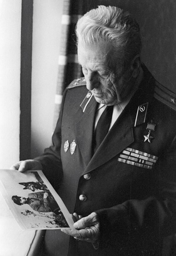 Герой Советского Союза пограничник Никита Карацупа. 1974 г.