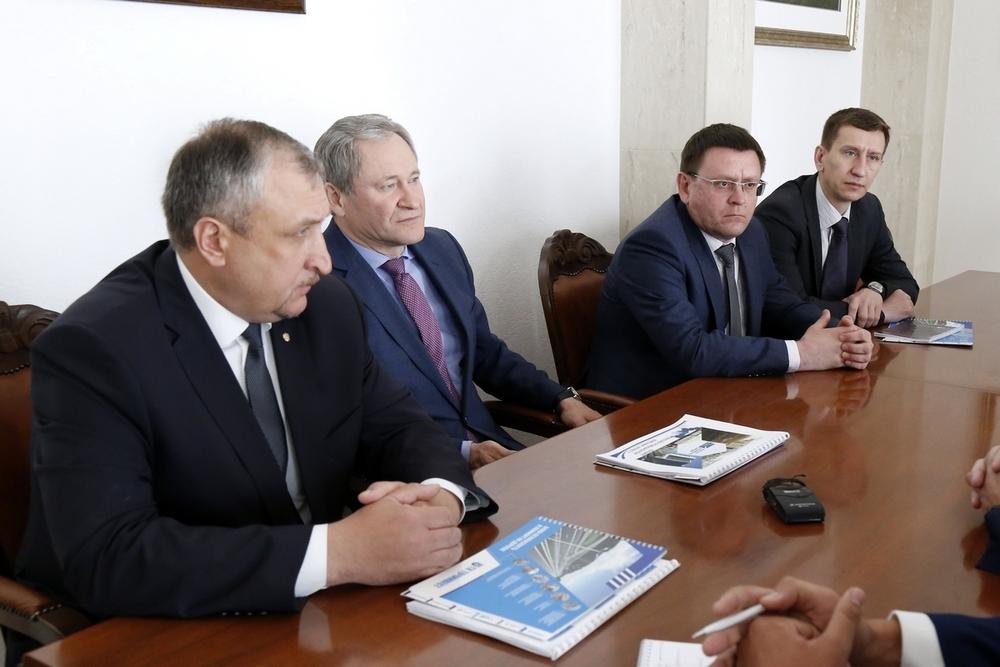 Губернатор Курганской области Алексей Кокорин (второй слева) внимательно слушает стратегию развития завода в Шадринском районе.