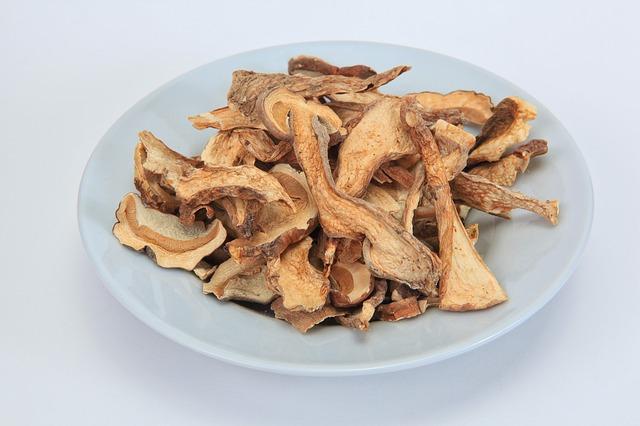 Из сушеных грибов можно сварить вкусный суп.