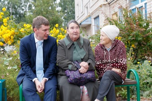 Максим Решетников общается с жителями.