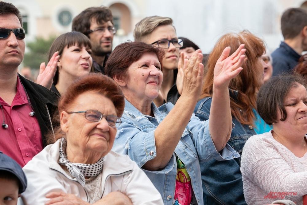 А зрители слушали, смотрели и аплодировали артистам.