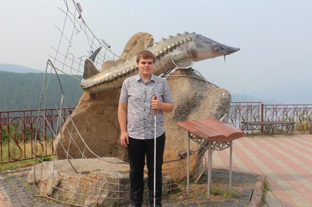 Путешественник возле знаменитой Царь-рыбы в Красноярске.