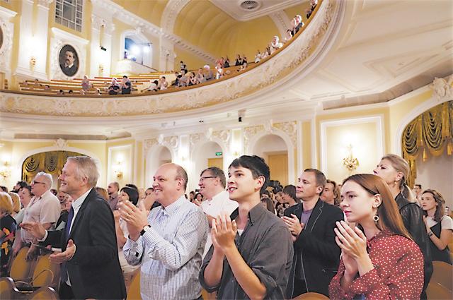 Выступления оркестра в России проходят под нестихающие аплодисменты.