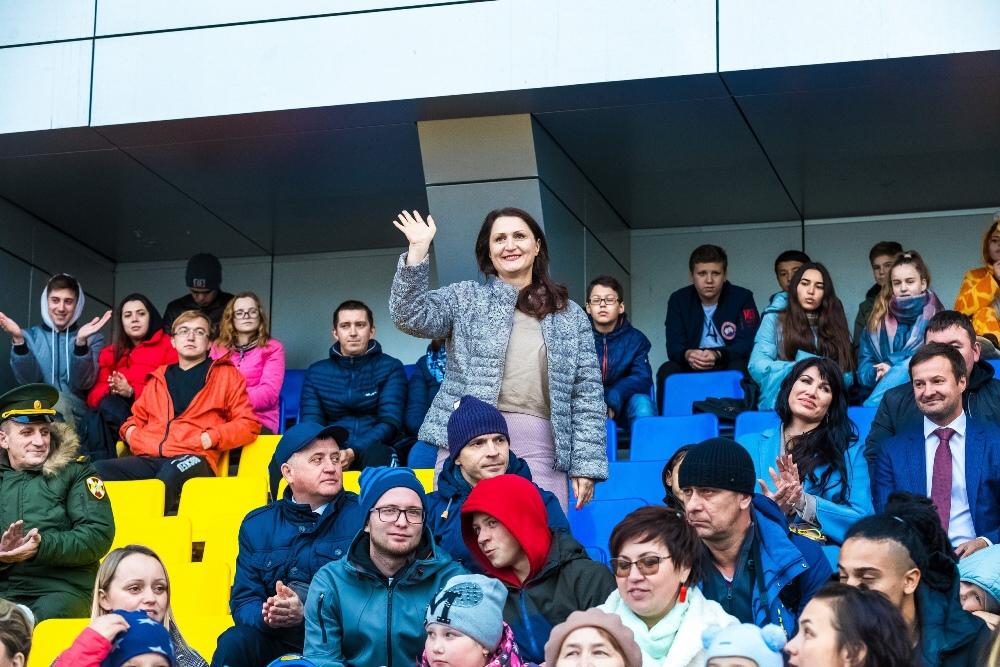 Анна Шабарова поддерживала юных спортсменов во время матчей.