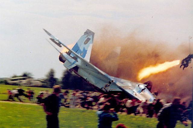 Су-27УБ борт 42 падает на зрителей. Пилоты катапультируются.
