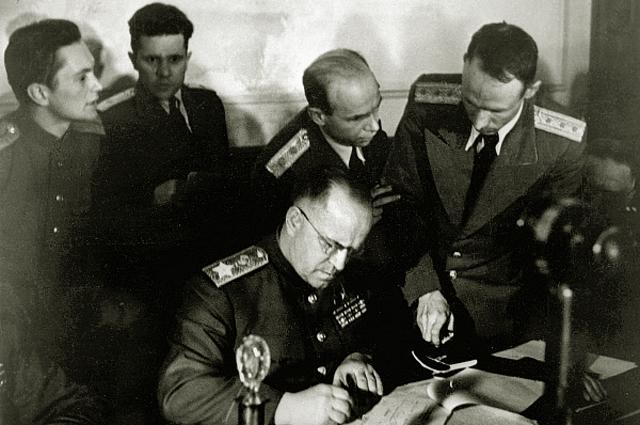 Заместитель Верховного Главнокомандующего Маршал Советского Союза Георгий Константинович Жуков подписывает Акт о безоговорочной капитуляции фашистской Германии в Карлсхорсте в Берлине. 1945 год