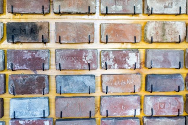 В коллекции более 120 штук уникальных кирпичей.