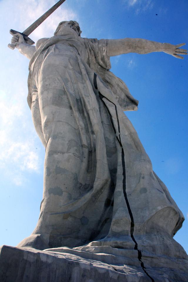 Потёки и пятна идут от головы статуи, подножие – в трещинах.