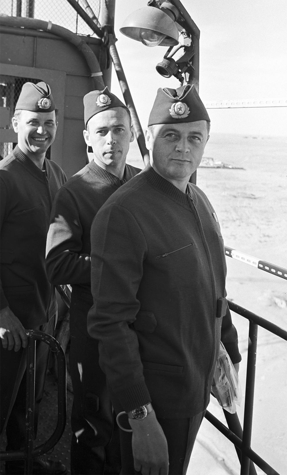 Экипаж космического корабля «Союз-11» (слева направо): командир корабля Георгий Добровольский, инженер-испытатель Виктор Пацаев иборт-инженер Владислав Волков накосмодроме Байконур перед полётом.