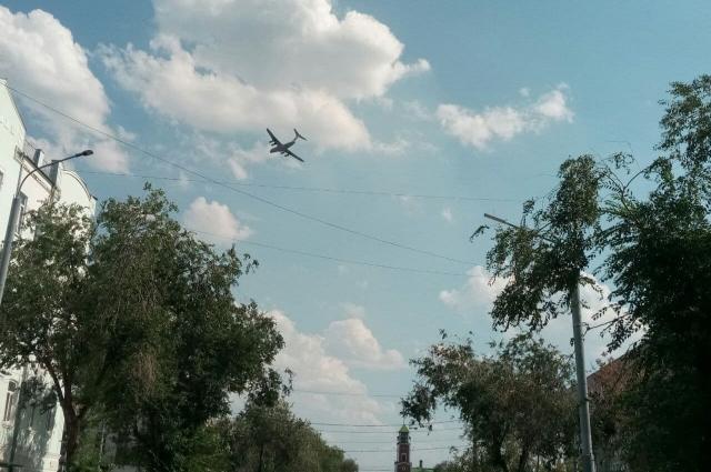 Самолет Ил-76 совершает разворот над Домом советов в Оренбурге.