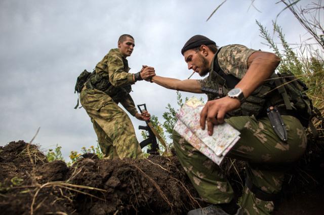 Бойцы ополчения Донбасса во время артиллерийского обстрела