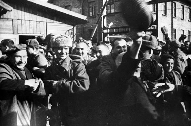 Узники Освенцима в первые минуты после освобождения лагеря Советской Армией, январь 1945 года