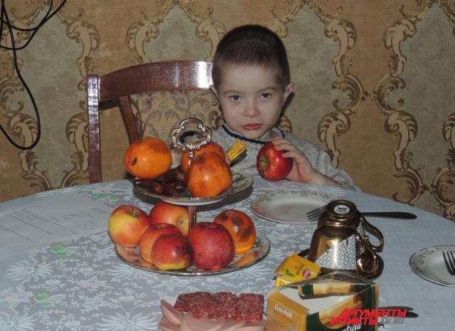 Младший Вася за обедом