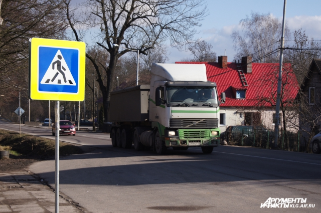 Жители жалуются, что грузовики не соблюдают скоростной режим.
