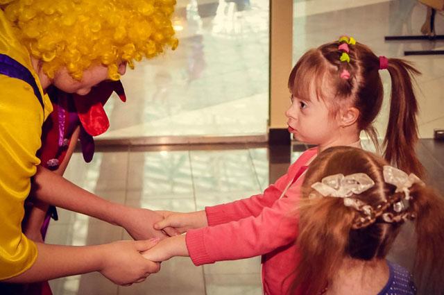 На детских праздниках всегда многолюдно, и никто не боится, что кто-то косо посмотрит  в их сторону.