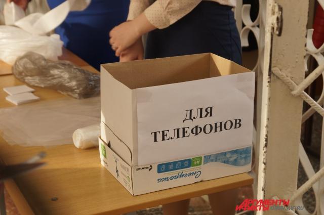 ...на столе - коробка для мобильных телефонов