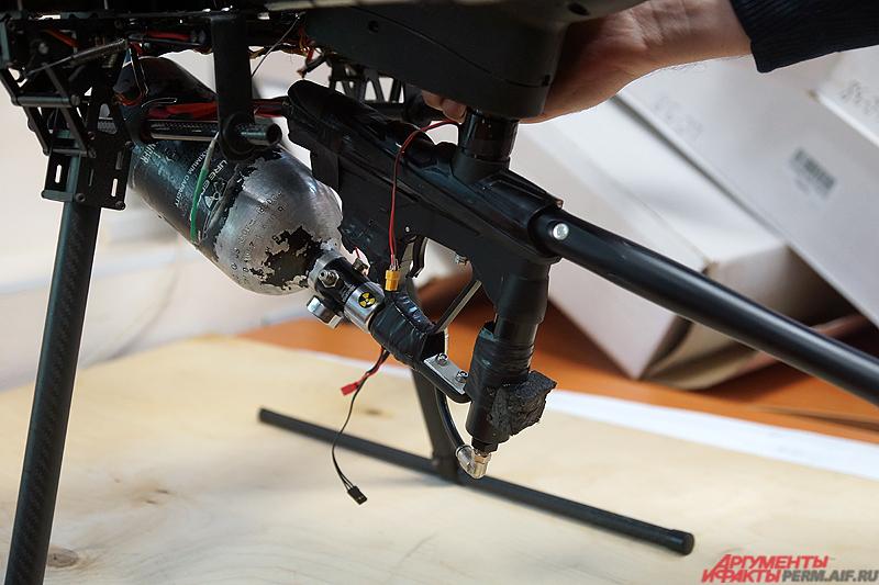 На корпус дрона закреплён пейнтбольный маркер с бешеной скорострельностью до 10 выстрелов в секунду.