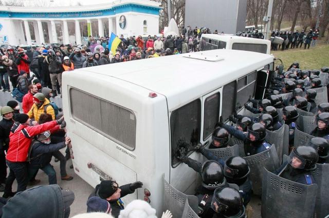 Беспорядки в Киеве начались около 17:00 по московскому времени, когда Народное вече в центре города переросло в столкновения с милицией группа молодых людей начала бросать петарды в кордоны силовиков