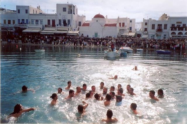 В Греции существует традиция бросать в воду деревянный крест, а после нырять за ним.