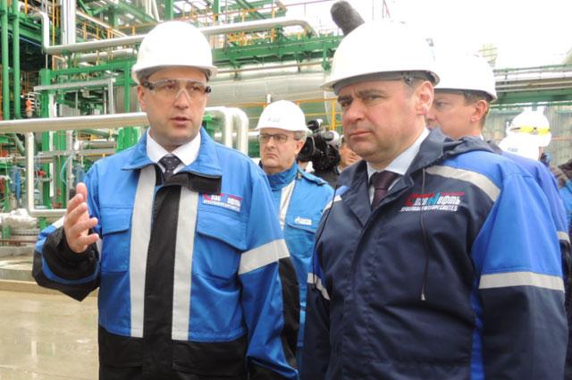 Генеральный директор ОАО «Славнефть-ЯНОС» Николай  Карпов знакомит с новой установкой главу региона Дмитрия Миронова.