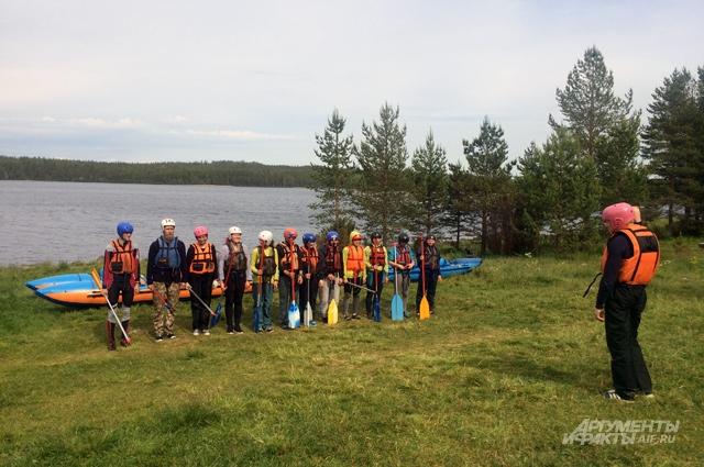 Перед тем, как начать с ребятами очередное занятия, даже опытные инструктора проходят обучение у директора лагеря.