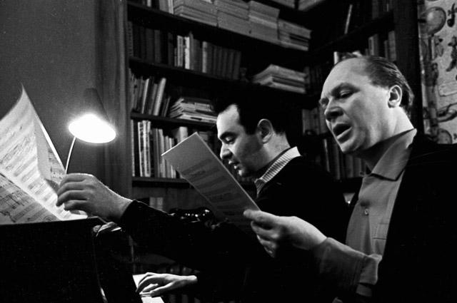 Владимир Трошин (справа) репетирует новую песню с композитором Эдуардом Колмановским. 1963 г.