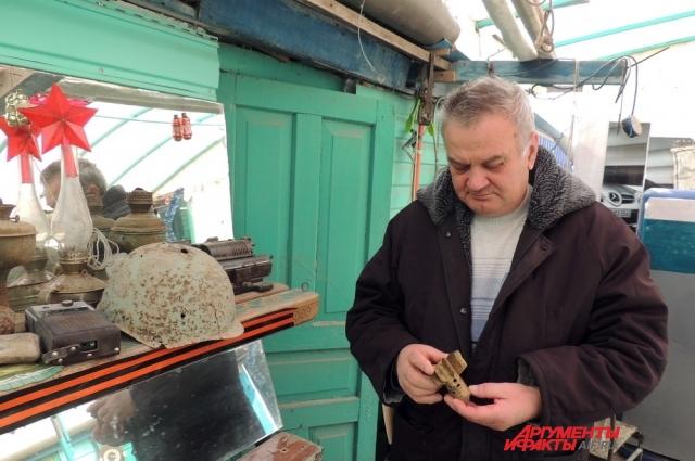 Александр Кирилов устроил дома импровизированную выставку артефактов времён войны.