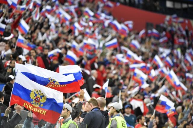Тысячи болельщиков пришли на стадион поддержать российскую сборную.