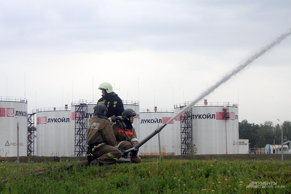 Объекты рядом с местом пожара поливают водой, чтобы не допустить их перегрева.