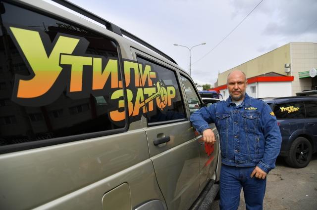 Ведущий шоу, автомеханик Юрий Сидоренко.