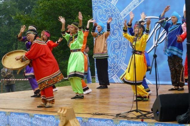 День рыбы - угощение и национальные песни и танцы.