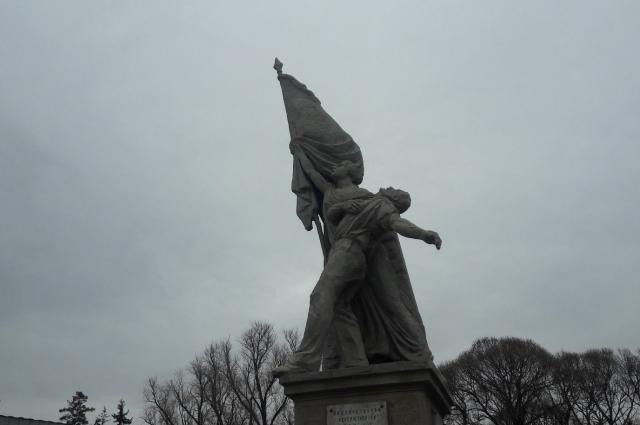Памятник борцам революции расположен в Мемориальном сквере на могиле 120 политзаключенных.