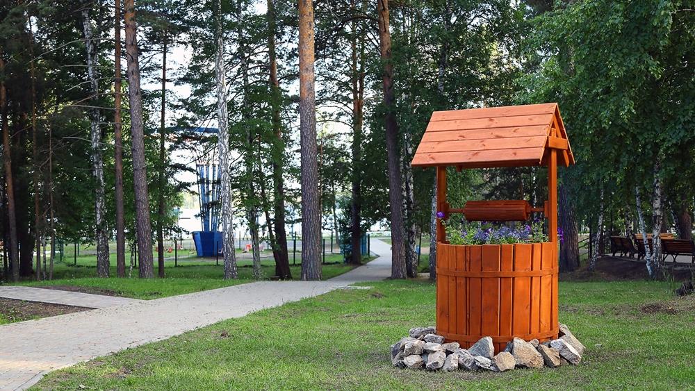 Территория лагера безопасна - она охраняется и обработана от клещей.