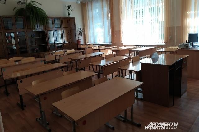 В большинстве классов до сих пор стоят старые деревянные рамы, из-за чего невозможно нормально проветривать помещения.