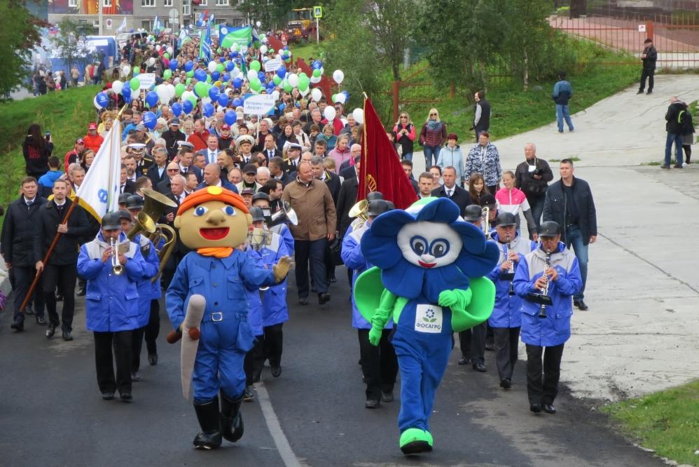 По улицам родного города прошлись тысячи людей: работники КФ АО «Апатит», дочерне-зависимых обществ и члены их семей.