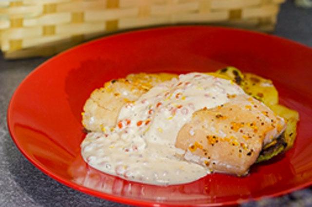 Запеченный судак с зернистой горчицей и сливочно-икорным соусом