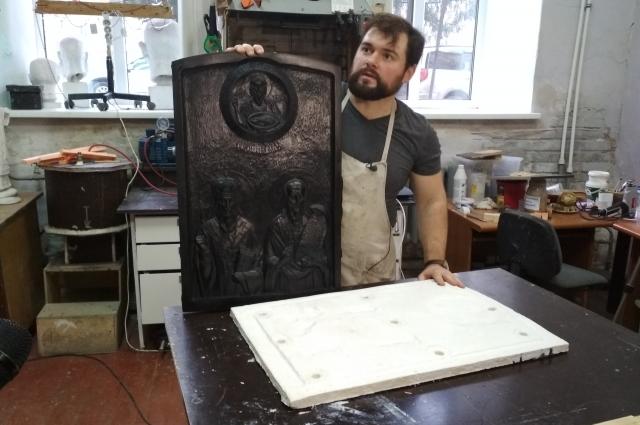 Михаил Минин отливает копии икон из прочного пластика.