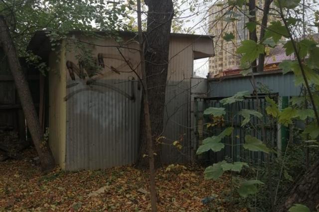Так выглядит ларёк изнутри двора.