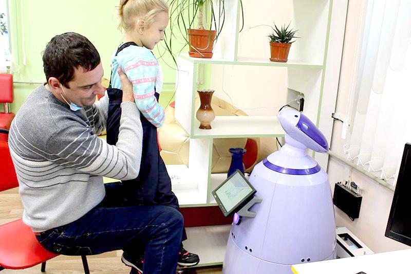 Робот Таврик встречает читателей