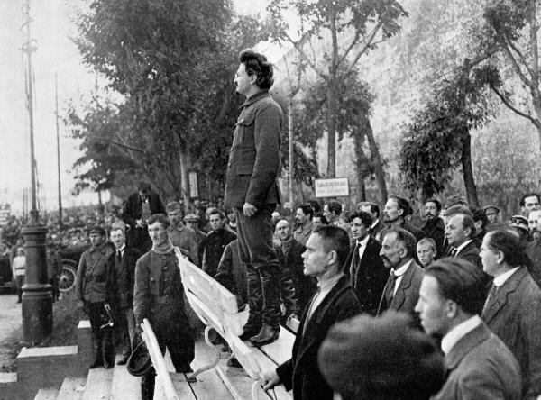 Лев Троцкий (в центре) выступает у могилы жертв взрыва в здании Московского комитета РКП (б) в Леонтьевском переулке. 1919 год