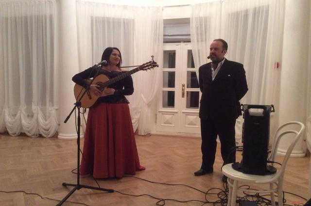 В белом зале опять звучат стихи и музыка