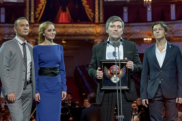 Дмитрий Богачев и артисты мюзикла Русалочка в момент получения «Золотой маски».