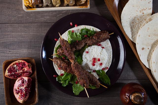 Кебаб из баранины и фисташек с салатом, рисом и тортильей