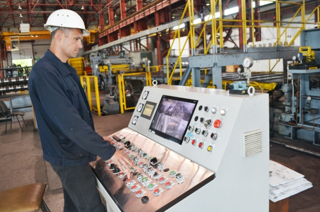 На заводе работает более 500 человек. Большая часть сотрудников - с высшим металлургическим образованием.