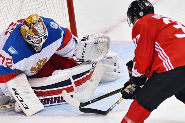 Вратарь сборной России Сергей Бобровский (слева) и игрок сборной Канады Патрис Бержерон в матче 1/2 финала Кубка мира по хоккею между сборными командами Канады и России.
