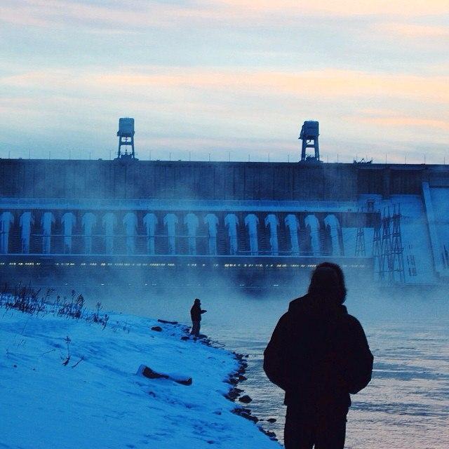 Строительство ГЭС началось в 1956 году, закончилось в 1972 году.