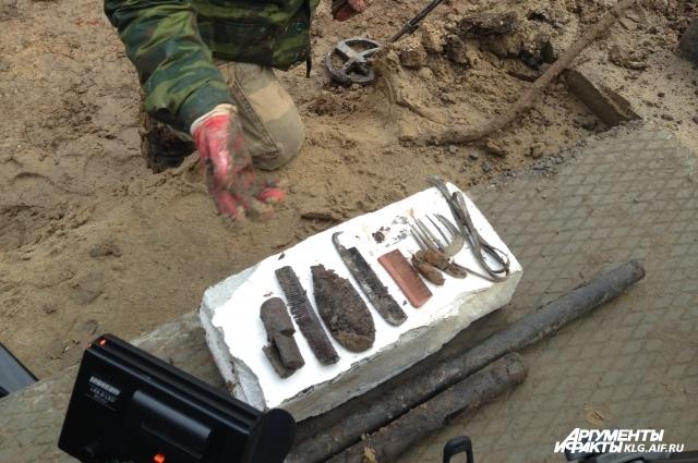 В гробах обнаружили и личные вещи погибших.